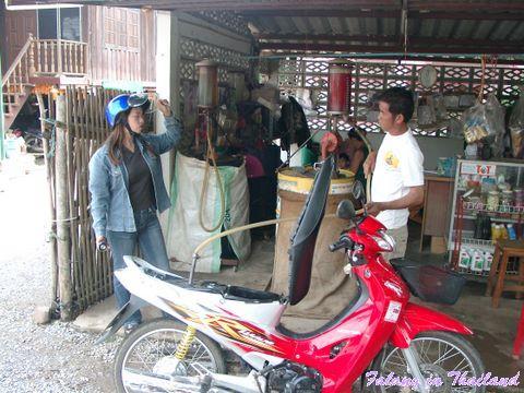 Kleine Tankstelle in Thailand