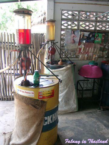 Kleine Tankstelle in Thailand - Fässer