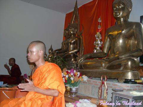 Mönch vor Buddha Statue