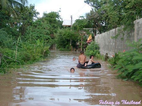 Regenzeit in Thailand - Überschwemmung - Kinder im Wasser
