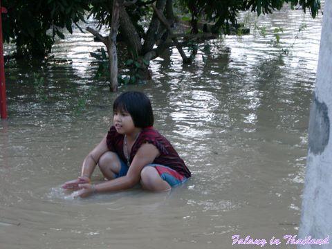 Regenzeit in Thailand - Monsun -Mädchen im Wasser