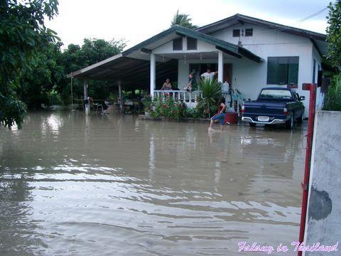 Regenzeit in Thailand - Überschwemmung Haus