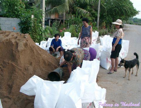 Regenzeit in Thailand - Sandsäcke befüllen