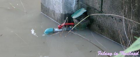 Regenzeit in Thailand - Monsun- Wasseruhr ertrinkt
