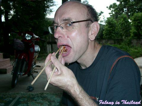Falang kann mit Stäbchen essen