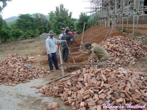 Thailändische Männer auf der Baustelle