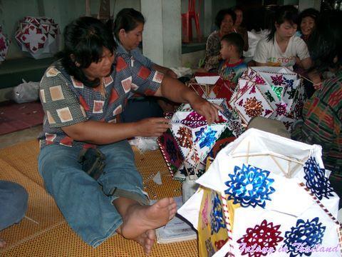 Thailändische Frauen stellen Lampions her