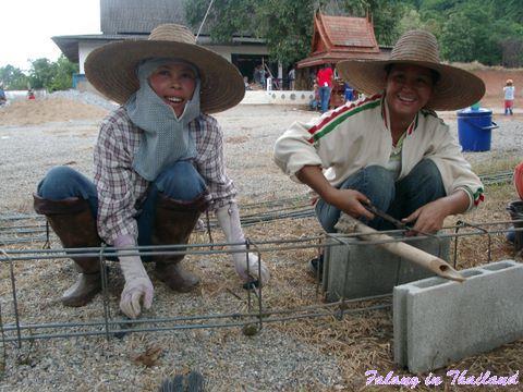 Thailändische Frauen knüpfen Stahl