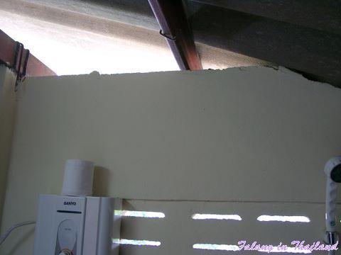 Thailändisches Wohnhaus - Duschraum, Blick zum Giebel