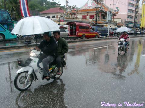 Motorbike mit Regenschirm in Thailand