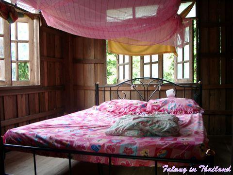 Bett im thailändischen Schlafzimmer