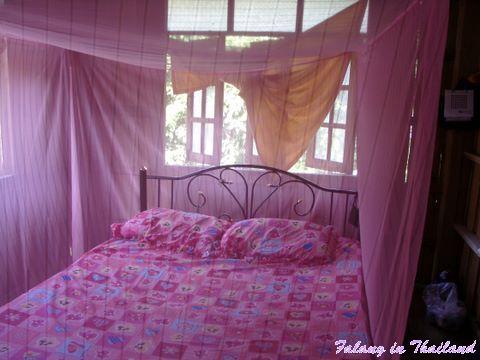 Thailändisches Bett im thailändischen Schlafzimmer