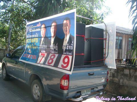 Wahkampf in Thailand - Auto mit Plakaten und Beschallungsanlage