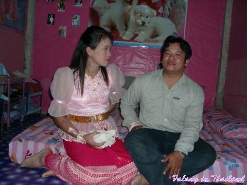 Thailändische Hochzeit - Brautpaar am Bett