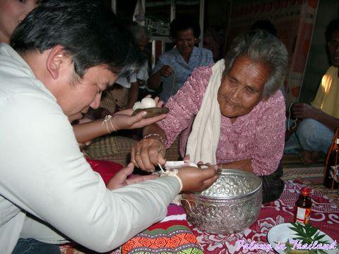 Thailändische Hochzeit - Bänder binden und Geschenke übergeben