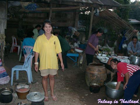 Thailändische Hochzeit - Braut arbeitet