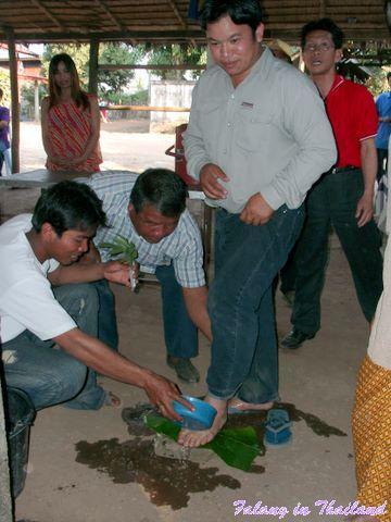Thailändische Hochzeit - Fuss waschen Bräutigam