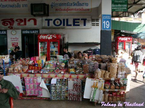 Busbahnhof Chiang Rai - Toilette und Naschereien