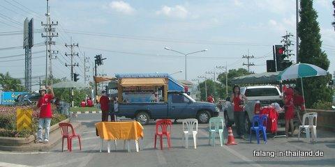 rote shirts blockieren strassenkreuzung