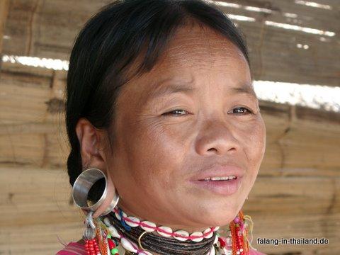 Paduang Frau mit Ohrring