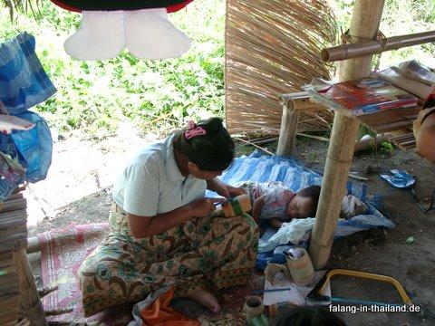 Paduang stellt Trinkgefäss aus Bambus her